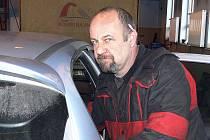 Tady ještě Zdeněk Pekara pracoval v autodílně, dnes leží v nemocnici s infarktem.
