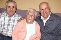SE SYNY. Anežka Ermanová v objetí svých synů. Se starším Josefem (vlevo) bydlí v domě, mladší  Čeněk si postavil na zahradě.  Dcera Eva bydlí v Táboře.