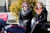 VYHŘÍVÁNÍ NA SLUNÍČKU. Krásné jarní počasí si dnes na Žižkově náměstí v Táboře užívaly Karolína Camrdová (vpravo) a Anna Sovadinová, která vzala ven svého malého brášku.