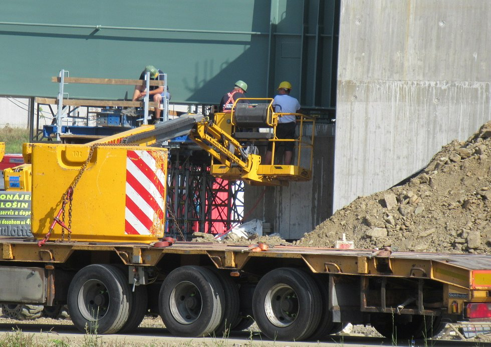 Za stanicí Soběslav vzniká Zvěrotický tunel, který bude ve finále měřit 370 metrů. Na něj navazuje přemostění komunikace ve směru na Sedlečko. Estakádu vytvoří celkem 27 mostních polí.