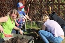 Maminky, tatínkové i děti přidali ruku k dílu a po práci si opekli špekáčky.