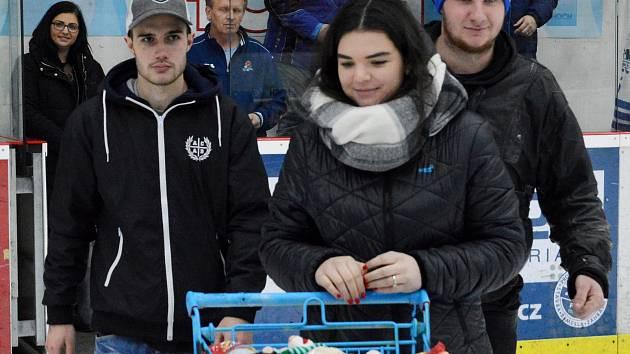 Na charitativní ráz předvánočního hokejového utkání už jsou táborští fandové zvyklí.