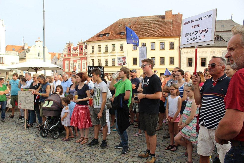Na demonstraci proti Andreji Babišovi dorazily na táborské Žižkovo náměstí přibližně necelé čtyři stovky lidí.