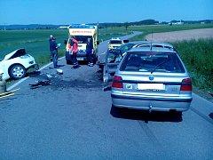 SRÁŽKA. Na klikaté komunikaci u Turovce policisté vyšetřovali srážku tří aut. Zasahovali i hasiči a zdravotníci.