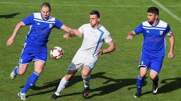 Z utkání Spartak Soběslav - Aritma Praha 2:1 (v modrém zleva Petr Bouchal a Jan Boháč).