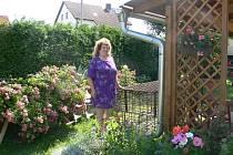 Chloubou Jiřiny Novákové je její zahrádka. Lásce ke květinám propadla od té doby, co je v důchodu. Jak sama říká kytiček má nepočítaně a to jak venku na zahradě, tak i doma v květináčích.