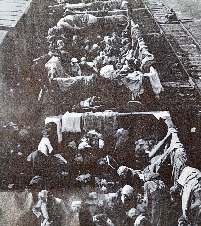 NĚMEČTÍ UPRCHLÍCI ve vagonech na táborském nádraží v květnu 1945. Utíkali před sovětskou armádou.