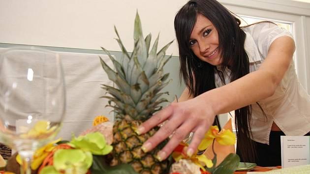 """Maturantka Kristýna Matušková při přípravě """"Narozeninové oslavy v rytmu Hawaie""""."""