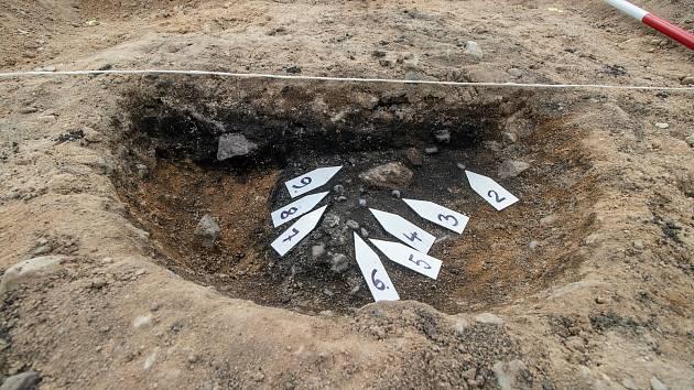 V jednom žárovém hrobě se skrýval malý poklad, skleněné korálky.
