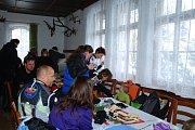 ZÁVOD. Na tra%t amatérského běžkařského závodu se postavilo přes 120 lyžařů