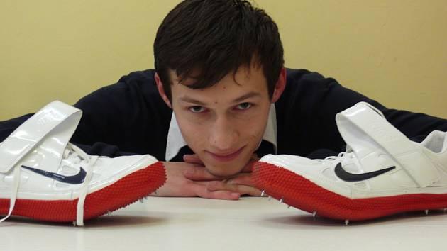V těchto dnech nemyslí atlet Miroslav Hrubý jen na výškařské doskočiště a tartanovou dráhu. Čeká ho totiž maturita. Sám sebe neoznačuje za příliš horlivého studenta, ale další studium považuje za dobré pro svou budoucnost.