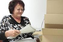 Jiřina Pecková, jedna z trojice brigádníků, kteří se nad volebním materiálem sešli letos již podruhé. Zástupce každé obce si odveze svou krabici s lístky, obálkami, poučením a další výbavou.