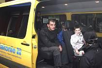 UMOŽNÍ POHODLÍ. Mikrobusy soběslavské Rolničky denně odváží děti do školy a školky. Autosedačky by dětem umožnily cestovat pohodlněji.