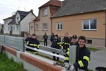 Hasiči v sobotu ve Veselí nad Lužnicí nacvičovali stavbu mobilní zdi.