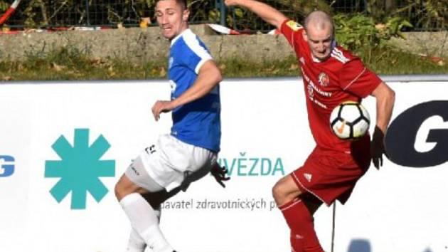 Autor jediné branky utkání Matej Mrsić vlevo v souboji s Juroškou.
