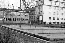 Bazén  v blízkosti školy na Maredově vrchu již nenajdeme. Na jeho místě vzniklo hřiště. Fotografie je z roku 1988.