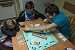Obyvatelé zařízení si krátí volnou chvíli vyráběním dekorací či hraním společenských her.