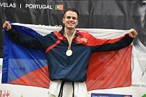 1) Jednadvacetiletému Martinovi Hánovi se letos v září splnil sen. Reprezentant Shotokan Karate Klubu Bechyně, který si již na předchozích evropských i světových šampionátech vydobyl renomé, se stal v portugalském Lisabonu mistrem světa v kumite juniorské