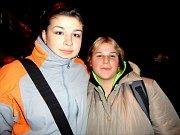 Děvčata z internátu Nikola Frintová a Anežka Vítková se o akci dozvěděli od své vychovatelky a přišli si zazpívat.