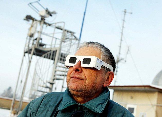 Při pozorování zatmění je nutná ochrana očí.