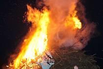 Čarodějnické ohně vzplály v desítkách obcí na Táborsku. Na snímku pálení čarodějnic v Dolních Hořicích.