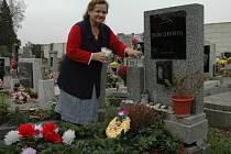 Na 2. listopadu každoročně připadá Památka všech zemřelých. Katolíci se modlí za duši zesnulého a z toho vznikla zdrobnělina dušičky. Mezi lidmi je to projev lásky, úcty a sympatie. Rodiny zapalují svíčky jako připomenutí si naděje na vzkříšení.