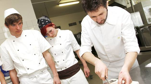 Martin Svatek (vpravo) předával své umění budoucím kuchařům.