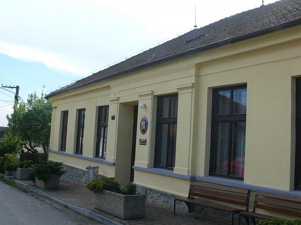 BUDOVA školy nyní slouží jako obecní úřad a knihovna.