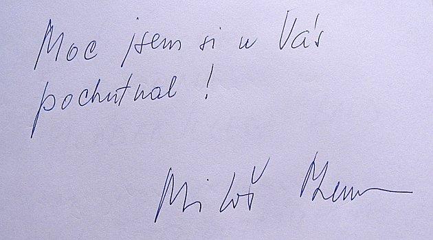 PAMÁTKA. Country saloon USloupu  si vede návštěvní knihu, jeden zpodpisů patří Miloši Zemanovi.