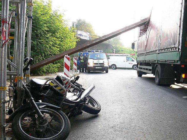 Richard Moran (25) se podle policie dopustil přestupku, když se vyhýbal padající traverze pod Černými mosty v Táboře a naboural do lešení.