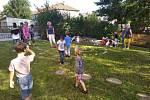 Děti si užívaly hrátek v nové přírodní zahradě.