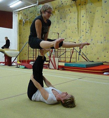 SPOLUPRÁCE. Gymnastka Iva Novotná starší (dole) a dcera Iva Novotná mladší (nahoře) se věnují nejen přípravě dětí, ale společně itrénují.