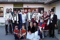 Moudrý král Miroslav I. vládne Smrkovskému království. Lidé zde žijí šťastně a spokojeně.