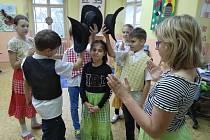 Děti z kroužku country tanců trénují tři tance na vystoupení pro seniory.