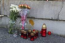 Před branou klokotských kasáren si lidé připomínali tragédii v Afghánistánu.