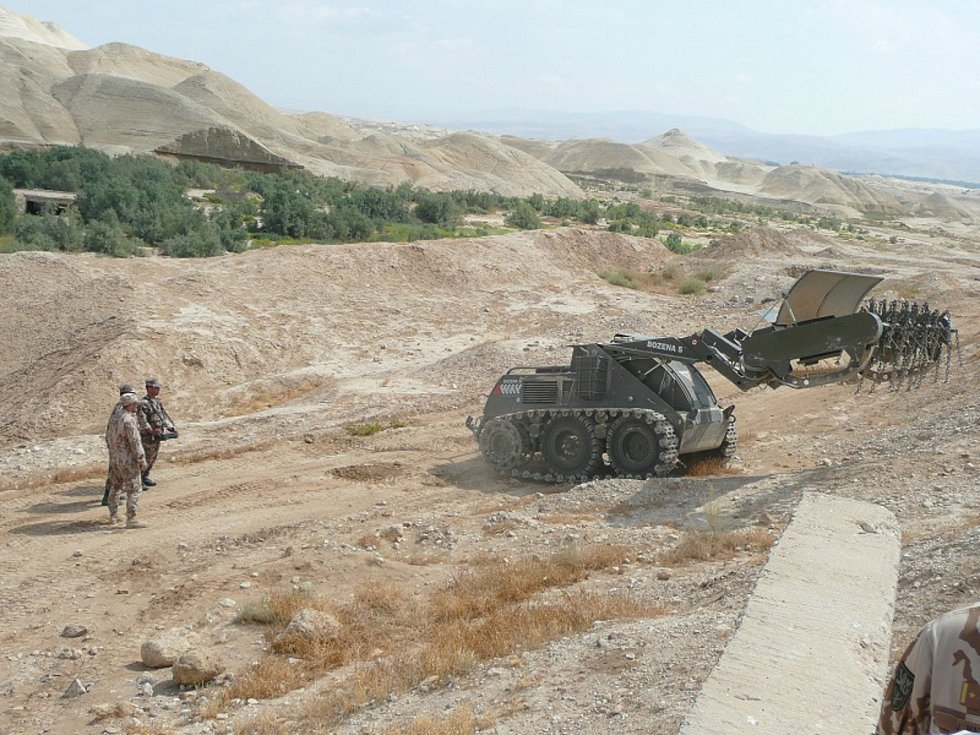 Vuplynulých dnech byli u 15. ženijního pluku vBechyni zaškoleni noví strojníci Odminovacího kompletu Božena 5. Zkušenosti jim předávali ženisté nasazení při odminování vJordánsku.