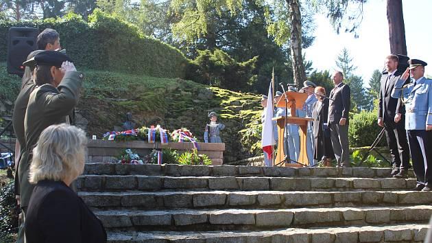 Výročí 71 let od úmrtí druhého československého prezidenta Edvarda Beneše připomenul pietní akt, který se konal v úterý od 11 hodin u Benešova hrobu v Sezimově Ústí.