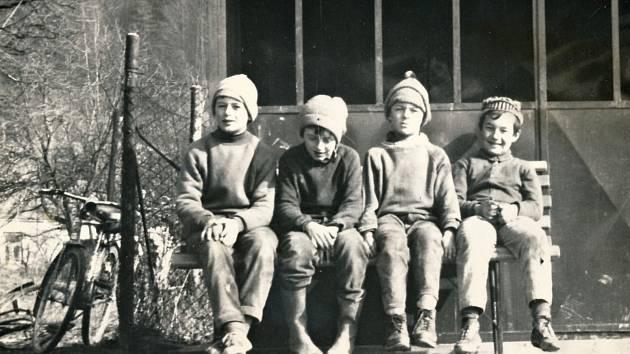 Děti před autobusovou zastávkou.