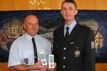 Ocenění policisté Miroslav Drs (vlevo) a Gregorz Tomasz Zywczok.