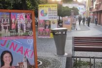 Táborské náměstí Františka Křižíka v centru Nového Města se změnilo ve výlepovou plochu. Na rozdíl od oficiálních ploch v průběhu roku je tato v předvolební době bezplatná.
