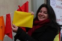 Helena Holzknechtová 10. března přišla na táborské Žižkovo náměstí vyjádřit podporu Tibetu. Na jeden z praporků napsala  nejznámější mantru tibetského buddhismu.