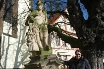 . Ludmila Mikulová u sochy svatého Floriána před děkanským kostelem Proměnění Páně na hoře Tábor.