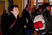 Cestují v Táboře sledují informace o zpoždění na tabuli.