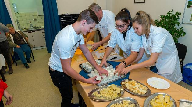 Výrobu sýra si žáci 9. tříd vyzkoušeli na vlastní kůži.