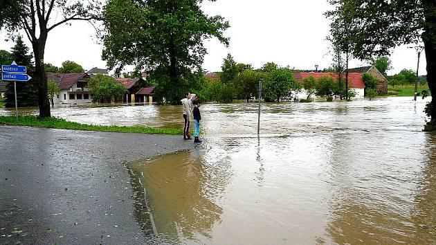 ROZVODNĚNÁ říčka Smutná rozdělila minulý rok v červnu obec Rataje na tři části.