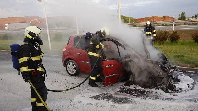 Požár vozu na čerpací stanici Mezno.