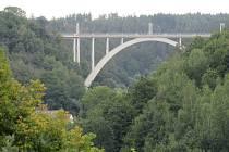 Ještě do konce září mají návštěvníci bechyňského muzea možnost zhlédnout unikátní výstavu Mosty mezi námi.