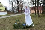 Čtyřicítka andělů zdobí malou vísku Nové Dvory poblíž Opařan na Táborsku.