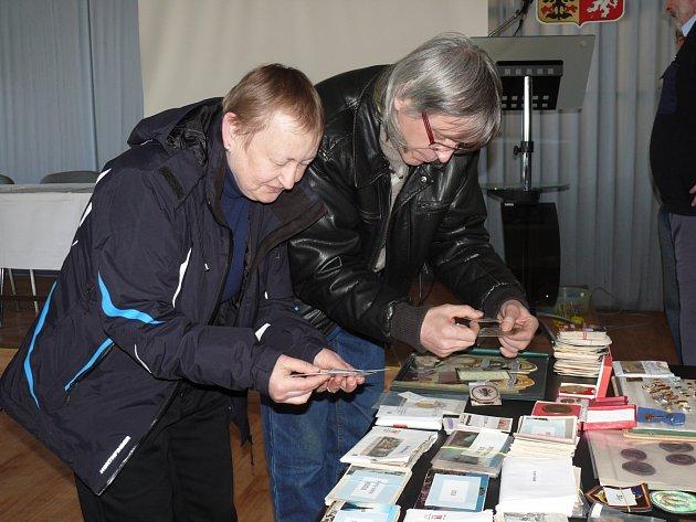 VYBÍRAJÍ KALENDÁŘÍKY. Na setkání sběratelů do Domu armády v Táboře přišla i Jana Tošerová s manželem Petrem. Vybírali zajímavé kalendáříky