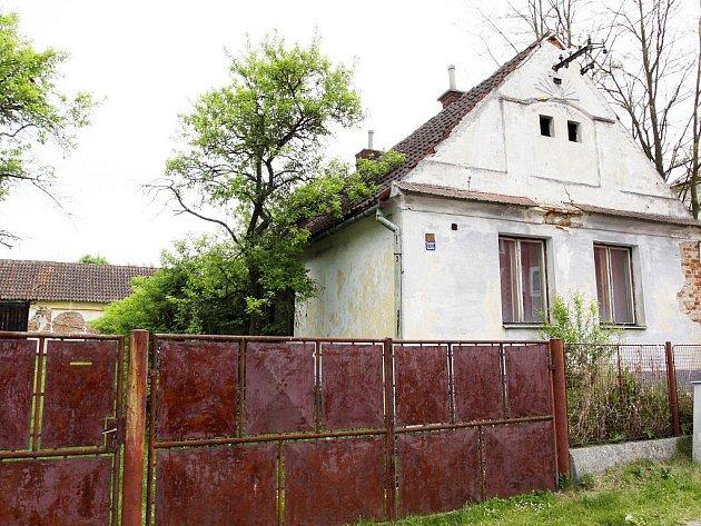 Dům č.p. 96 čeká zřejmě konec. Od začátku ho obývá vysoká vlhkost.